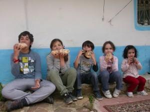 Los más pequeños disfrutando de su creación gastronómica en la casa rural de Mdiq.
